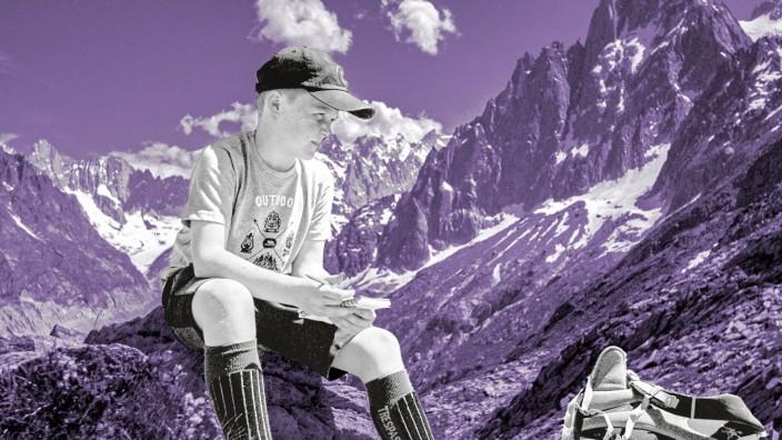 """Lehrerbildung: Was kann ich selbst tun, um die Natur zu schützen? Diese Szene aus """"Teachers for Life"""" zeigt einen nachdenklichen Schüler in der Bergwelt des Mont Blanc: auf Exkursion mit seinem Lehrer, der seinen Schülern Klimaschutz-Themen näherbringen will."""