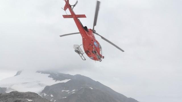 Archäologie: Da fliegt er davon: Der Hubschrauber, der die Pressevertreter hinauf auf 3200 Meter gebracht hat, kann die Fundstelle aufgrund eines Wetterumschwungs zur Abholung zunächst nicht mehr anfliegen.