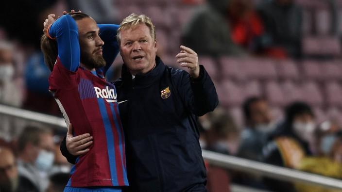 FC Barcelona, Barca v Granada CF - La Liga Santander Ronald Koeman head coach of Barcelona gives instructions to Oscar; Koeman FC Barcelona Grenada