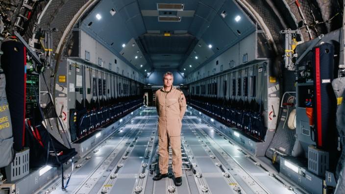 """Pilot über Kabul-Luftbrücke: Hauptmann und Pilot Michael M. im Laderaum einer """"A400M""""."""
