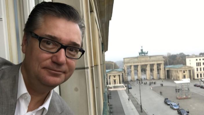 Adlon in Berlin: Felix Adlon blickt aus dem Hotel, das einmal seiner Familie gehört hat. Er mag den Neubau so sehr, dass er dort geheiratet hat.