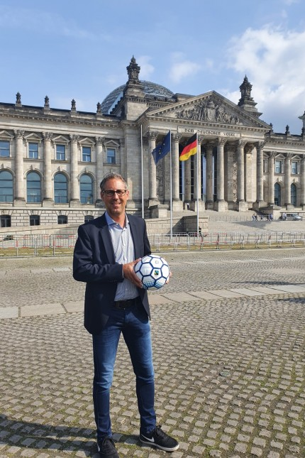 SPD-Bundestagsabgeordneter spendet fair gehandelte Fußbälle an Sportvereine
