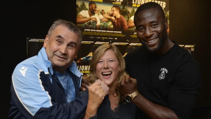 """Premiere: Die Freude ist groß bei der Filmpremiere zu """"Lionhearted"""" von Regisseurin Antje Drinnenberg (Mitte) über den Box-Trainer Ali Cukur (links) und Schützlinge wie Raschad Pekpassi."""