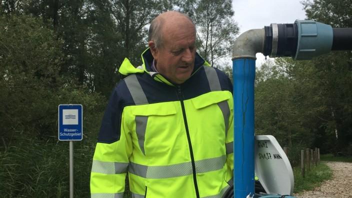 Verschmutztes Trinkwasser: Eggstätts Bürgermeister Christian Glas steht an einer Messstelle direkt an der Grenze zum Wasserschutzgebiet.