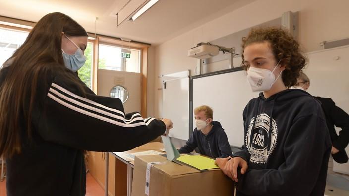 Kirchheim: Es geht zu wie in einem Wahllokal sonst auch: Am Kirchheimer Gymnasium wählen die Schüler am Dienstag. Das Ergebnis folgt am Sonntag.