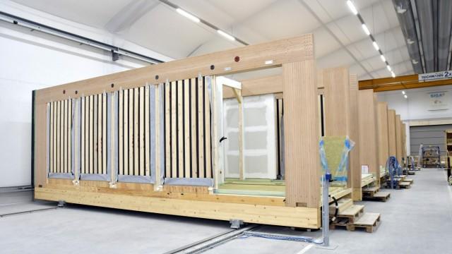 Dorfen: Für den Unternehmer Decker gehört die Zukunft Holzmodulen für den Wohnungs- und Gewerbebau.