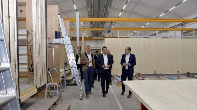 Dorfen: Unternehmer Robert Decker (links) erläuterte bei einem Rundgang durch die Fertigungshalle den Abgeordneten Andreas Lenz (Mitte) und Alexander Dobrindt (rechts), wie die Holzmodule gefertigt werden.