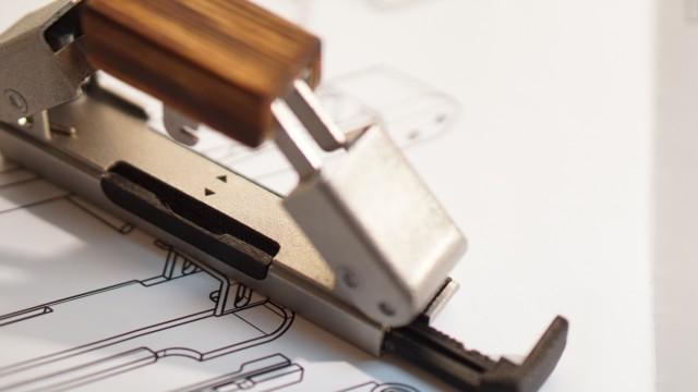 Design: Zusammendrücken, zwei Löcher stanzen, so funktioniert die Erfindung der Hochschul-Studenten. In Ruheposition ist der Locher so kompakt wie ein Taschenmesser.