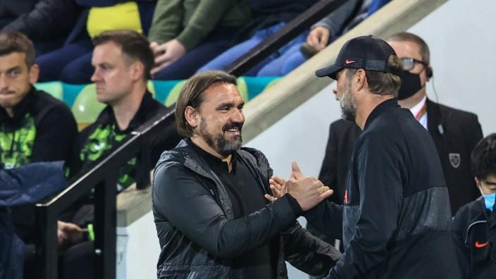 Carabao Cup Norwich City v Liverpool Daniel Farke manager of Norwich City congratulates Jürgen Klopp manager of Liverpoo