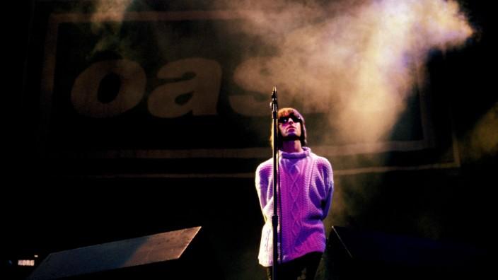 """""""Oasis: Knebworth 1996"""" im Kino: """"Nicht mal zwei Jahre davor hatten wir vor höchstens zwei Dutzend Besoffenen in Pubs gespielt"""": Liam Gallagher auf der Bühne in Knebworth."""