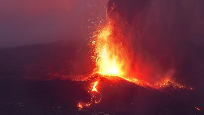 Vulkanausbruch auf La Palma: Glühendes Gestein wird noch immer aus mehreren Schloten in die Luft geschleudert. Wann der Vulkan auf La Palma wieder zur Ruhe kommt, ist noch nicht absehbar.
