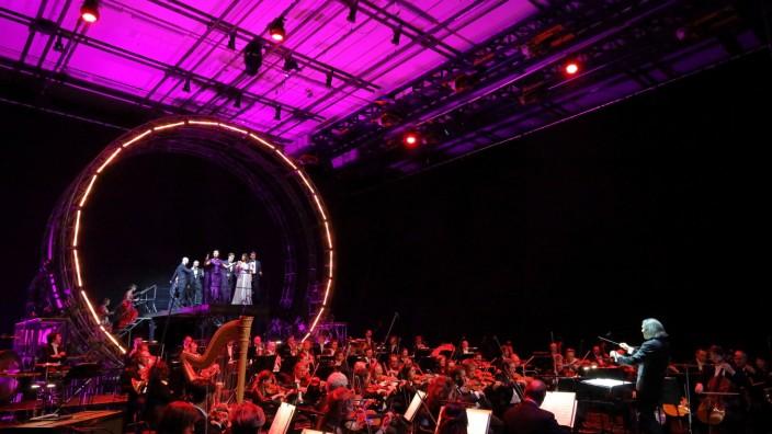 Oper: Bühnendinner mit musikalischer Begleitung im Nationaltheater. Am Pult der neue GMD der Oper, Wladimir Jurowski.