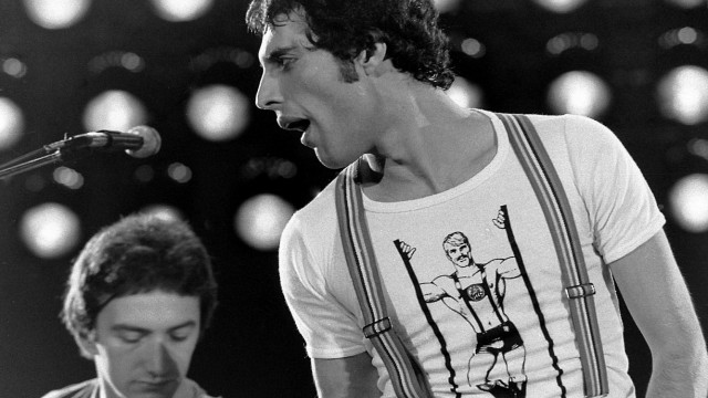 Literatur: Freddie Mercury in München. Das ist unschwer am Lederhosen-Boy auf seinem T-Shirt zu erkennen.