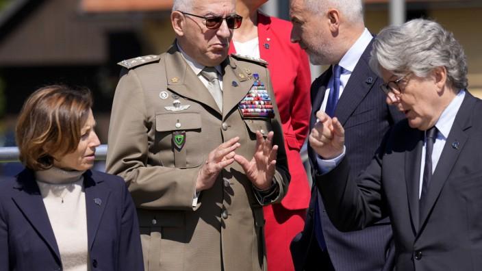 Europäische Union: Frankreichs Verteidigungsministerin Florence Parly (vorne links) spricht mit EU-Kommissar Thierry Breton: Der griff die USA in einer Rede in Washington scharf an.