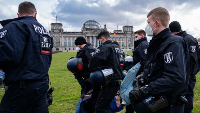 Querdenker: Festnahme bei einer Demonstration in Berlin