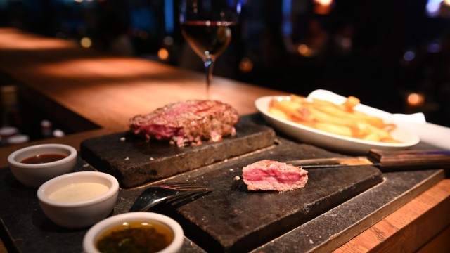 Abacco's Steakhouse: Die Gäste braten sich ihr Fleisch am Tisch auf dem heißen Stein selbst.