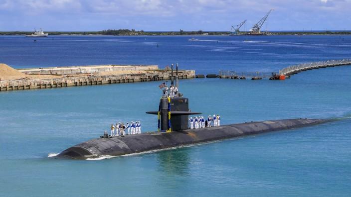 """Das amerikanische U-Boot """"USS Oklahoma City"""" kehrt zum Stützpunkt in Guam zurück."""