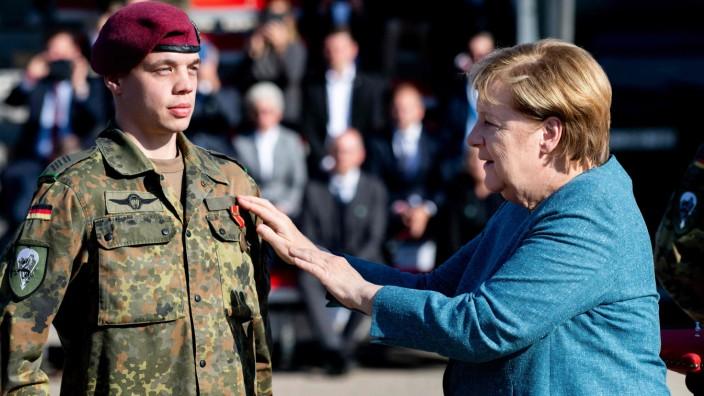Bundeswehr: Ein Soldat erhält von Merkel eine Einsatzmedaille.