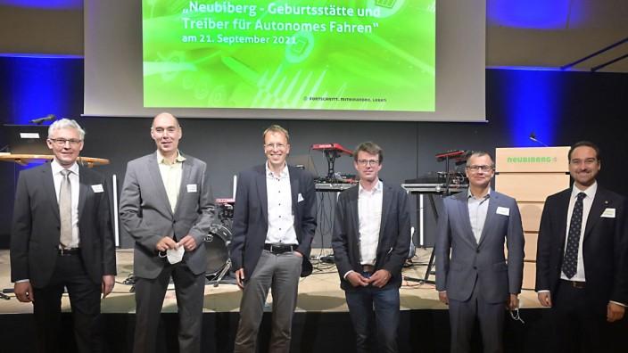 Fahrerloses Fahren: Florian Bogenberger, Christoph Heer, Tim Gutheit, Thorsten Lüttel, Stefan Mäntele und Bürgermeister Thomas Pardeller (v.l) beim Neubiberger Wirtschaftsforum.