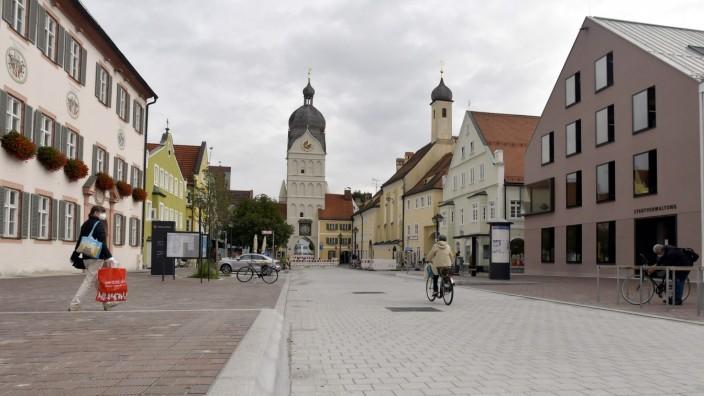 Erding: Es gibt eine Fußgängerzone in Erding. Und auch dieser Bereich zwischen den Rathäusern in der Landshuter Straße wird verkehrsberuhigt. Eine komplette Sperrung der Innenstadt am Wochenende von Samstagmittag bis Sonntagabend kann sich aber kaum jemand vorstellen.