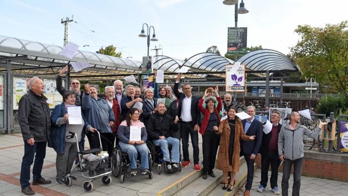 Nahverkehr: Auch wenn sich die Demonstranten in Puchheim unbeschwert zeigen, mit einem barrierefreien Ausbau des Bahnhofs meinen sie es durchaus ernst.