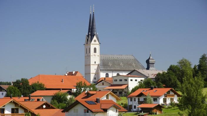 Rosenheim: Blick auf die Wallfahrtsbasilika Mariä Himmelfahrt in Tuntenhausen, Oberbayern.