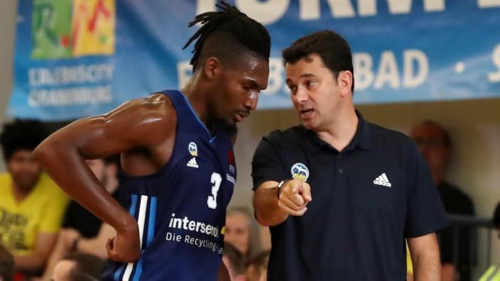 Jaleen Smith, Trainer Israel Gonzales redend / / Basketball / Testspiel BBL Bundesliga Herren / Saison 2021/2022 / 05.0; Israel Gonzalez
