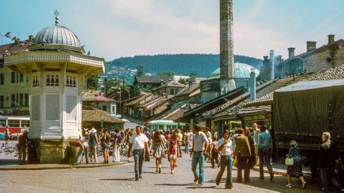 """Aleksandar Hemon: """"Meine Eltern/Alles nicht dein Eigen"""": Sarajewo in der fortschrittsgläubigen Tito-Zeit 1974, Erinnerungsort des Autors Aleksandar Hemon."""