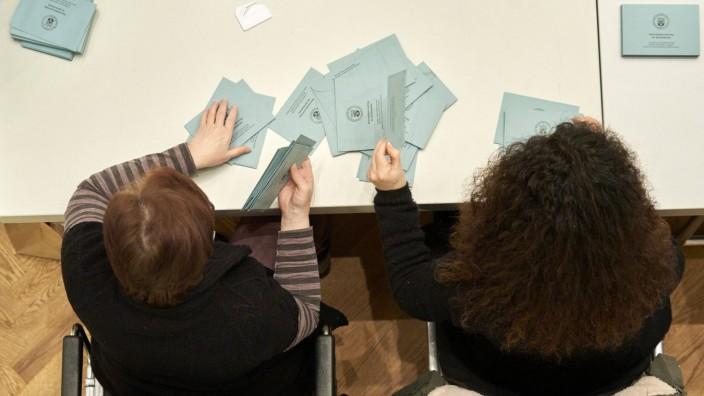 Landtagswahl in Rheinland-Pfalz 14.03.2021, Rheinland-Pfalz, Koblenz: Wahlhelfer bereiten die Auszählung in der Rhein-Mo