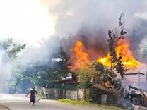 In Myanmar eskaliert die Gewalt: ein brennendes Haus in der Region Magwe, nach Kämpfen zwischen Junta-Gegnern und dem Militär.