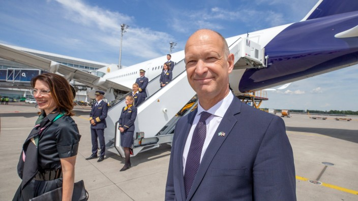 Geschäftsführer Flughafen München Jost Lammers / Lufthansa nimmt ihren Flugverkehr von München nach USA wieder auf und