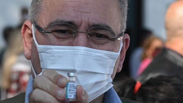 Brasilien: Brasiliens Gesundheitsminister Marcelo Queiroga, hier mit einer Dosis des Impfstoffs Astra Zeneca in Rio de Janeiro.