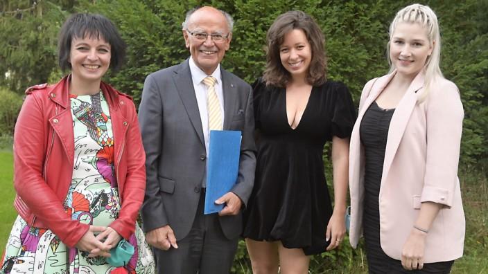 Schauspiel: Insgesamt 6000 Euro Preisgeld und lobende Worte gab es für Augusta Belóka, Ricarda Verena Wimmer, Carolin Steinegger (von links), denen Josef Mederer den Lore-Bronner-Preis überreichte.