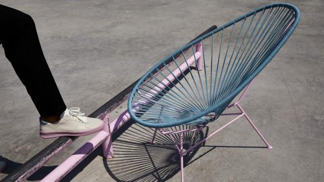 Haben und Sein: Vor-Schuh und Acapulco-Sessel in gemeinsamer Memphis-Verneigung.