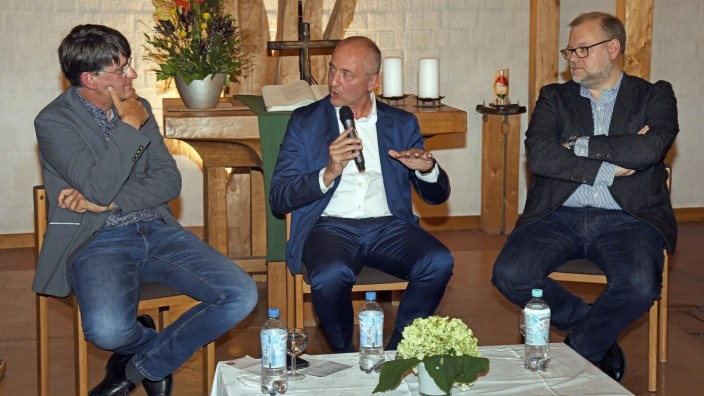 Puchheim: Rainer Jund (Mitte) im Gespräch mit Philip Kampmann, ärztlicher Leiter des Münchner Impfzentrums (rechts), und Moderator Achim Puhl.
