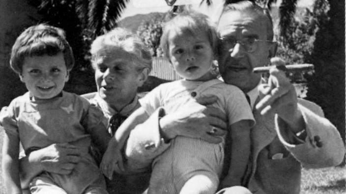 Thomas Mann, seine Ehefrau Katia Mann mit ihren Enkelkindern Frido und Toni, 1945