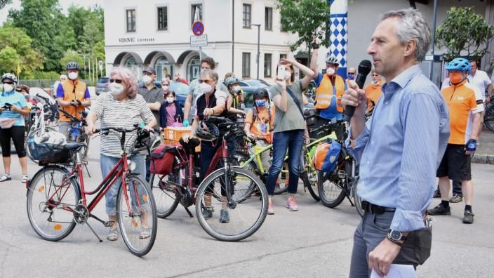 Puchheim: Puchheim ist nicht nur fahrradfreundliche Kommune, es beteiligt sich auch jedes Jahr am Stadtradeln. Bürgermeister Norbert Seidl begrüßt die Radler am Grünen Markt. Foto:Günther Reger
