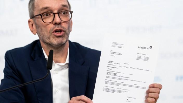 Herbert Kickl mit dem Ergebnis eines Antikörpertests. Der FPÖ-Chef ist ein großer Impfskeptiker, und das Thema Munition im Parteienstreit.