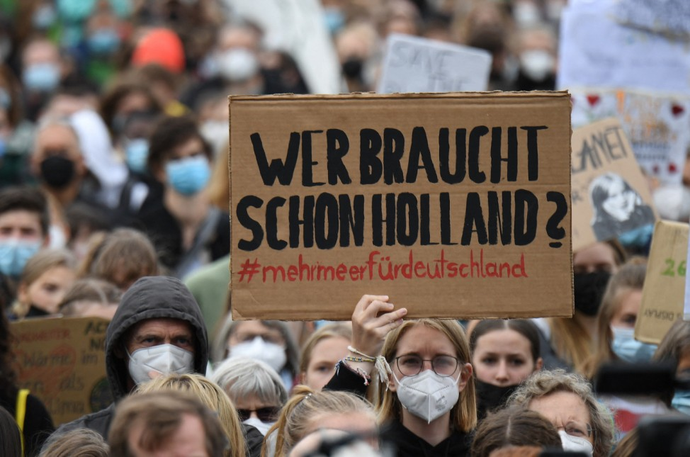 Fridays for Future: Demonstrant hält ein Schild hoch beim Klimastreik in Berlin 2021