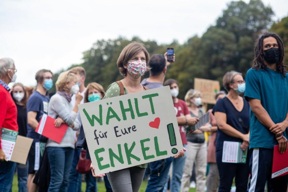 Fridays for Future: Demonstrantin mit einem Schild beim Klimastreik in Berlin 2021
