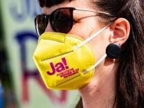 Sogar auf Masken werben Anhänger des Volksentscheids dafür, am Sonntag für die Enteignung großer Immobilienkonzerne zu stimmen.