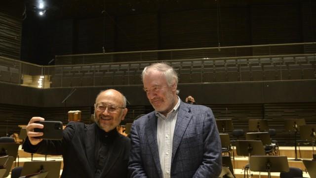 Neuer Konzertsaal: Nun lach doch mal: Akustiker Yasuhisa Toyota und Chefdirigent Valery Gergiev beim Baustellen-Selfie.