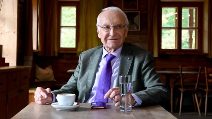 80. Geburtstag von Edmund Stoiber: Daheim in Wolfratshausen wirkt Edmund Stoiber inzwischen entspannt und zufrieden.