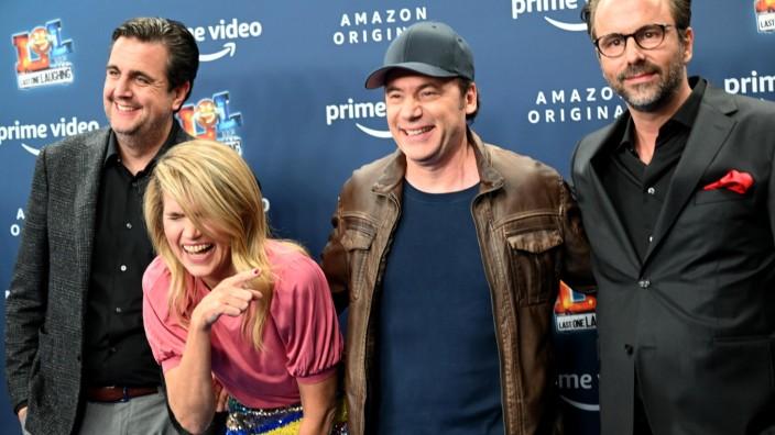 Szenario: Hier darf sie lachen, bei der Serie LOL muss sie sich zusammenreißen: Anke Engelke mit Bastian Pastewka, Bully Herbig und Kurt Krömer (von links).