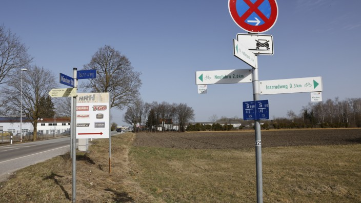 """""""Landschaftsfresser"""" Neufahrn: Bald werden die Anwohner im Mintrachinger Isarweg nicht mehr auf Felder schauen, sondern auf den Neubau eines Neufahrner Handwerksbetriebs. Der Gemeinderat hat den Bebauungsplan auf den Weg gebracht."""