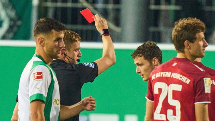 Referee Robert Schröder with whistle, gestures, shows, watch, individual action, Schiedsrichter, shows red card to Benja
