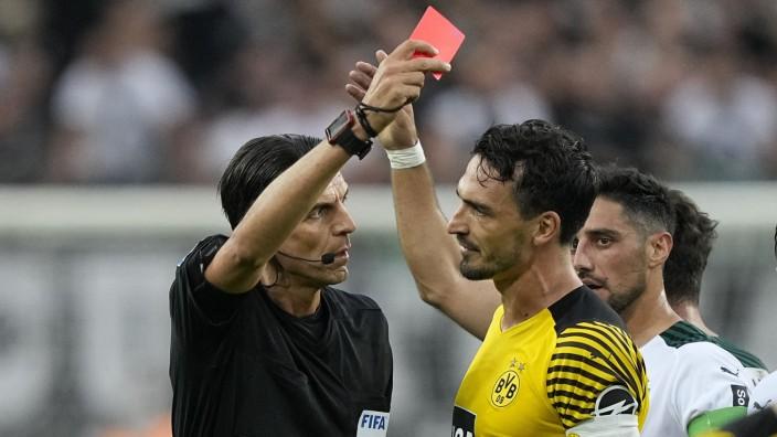 """Bundesliga: Er wollte """"ein Zeichen"""" setzen: Schiedsrichter Deniz Aytekin zeigte Dortmunder Mahmoud Dahoud (nicht im Bild) die Gelb-Rote Karte."""