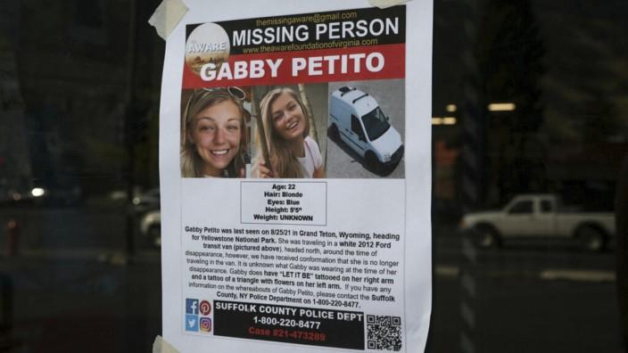 Der Fall Petito: Analoges Fahndungsplakat der Polizei in Suffolk County in Massachusetts. Von dort aus hatte Petito sich das letzte Mal bei ihrer Familie gemeldet, bevor sie verschwand.