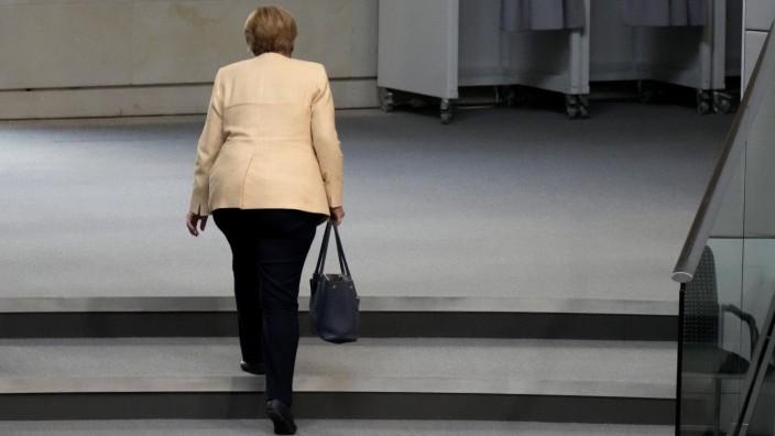 Presseschau: Abschied von der Kanzlerin: Hier verlässt Angela Merkel den Plenarsaal des Bundestages (Archivbild).