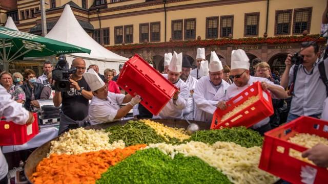 Lokale Köche wollen am Samstag (11.30 Uhr) auf dem Marktplatz beweisen, dass die Spezialität mehr ist als eine Gemüsemi